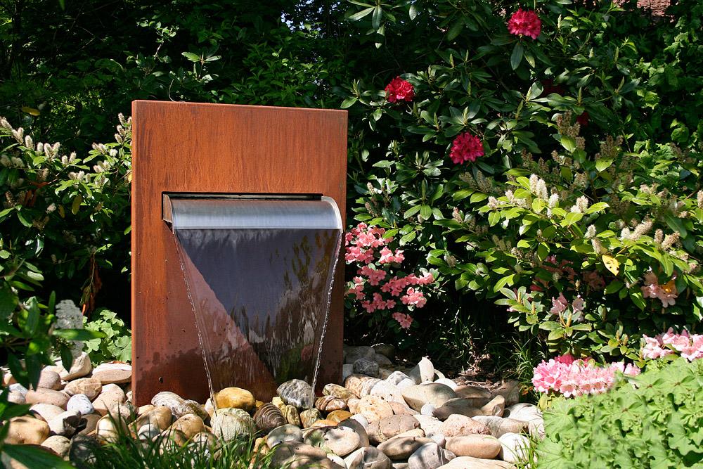 Cortenbrunnen Wasserfall im Garten